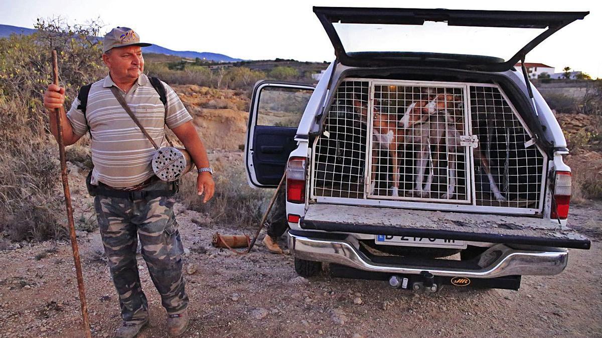 Un cazador de Tenerife inicia una jornada de caza en el sur de la Isla.