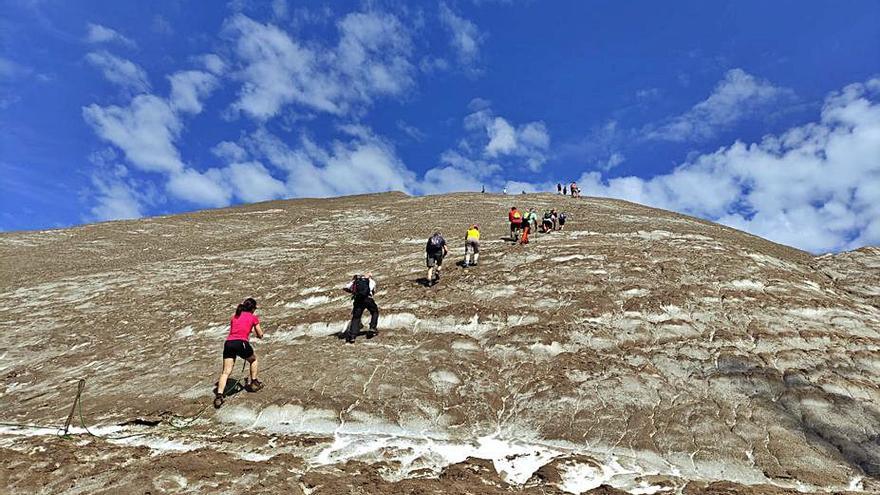 100 veïns de Cabrianes pugen la muntanya de sal