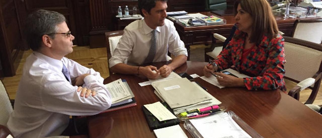 La alcaldesa, junto a Enrique Hernández Bento (centro) y un técnico de la Delegación del Gobierno.