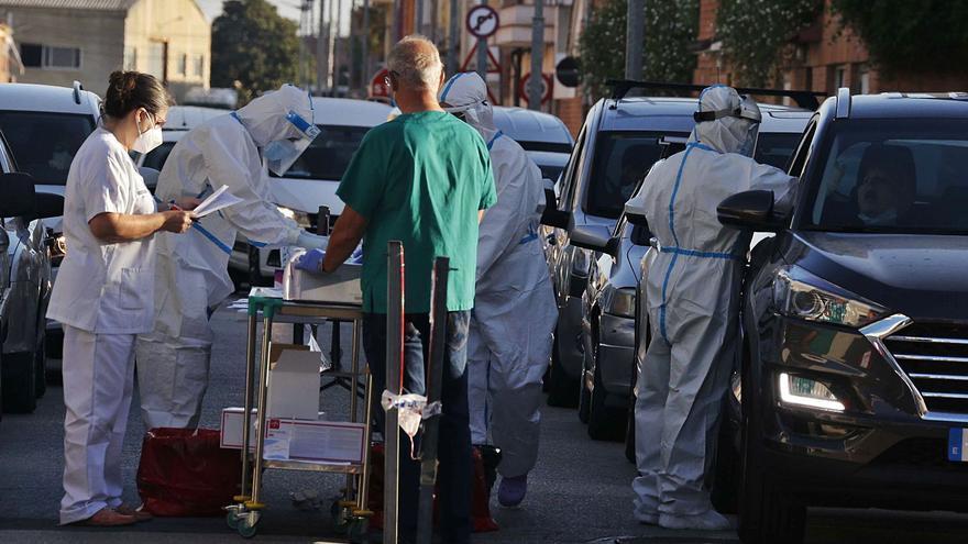 Sanidad deriva 70.000 pruebas PCR a 8 laboratorios privados tras subir los casos