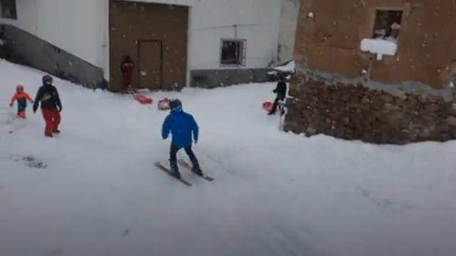 Esquí, y alguna que otra caídas, en las calles de un pueblo de Castelló