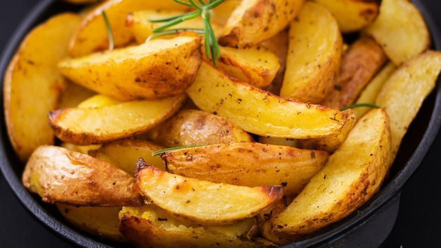 La receta para hacer patatas gajo (con sus salsas) en casa y sin grasa
