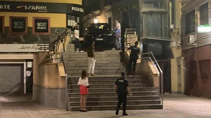 Un ciudadano portugués se equivoca y acaba con el coche en las escaleras de Felipe Checa