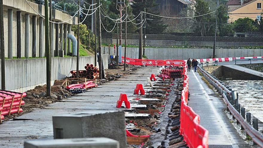 Los vecinos de Vilaxoán protestan por el prolongado cierre del vial de orillamar