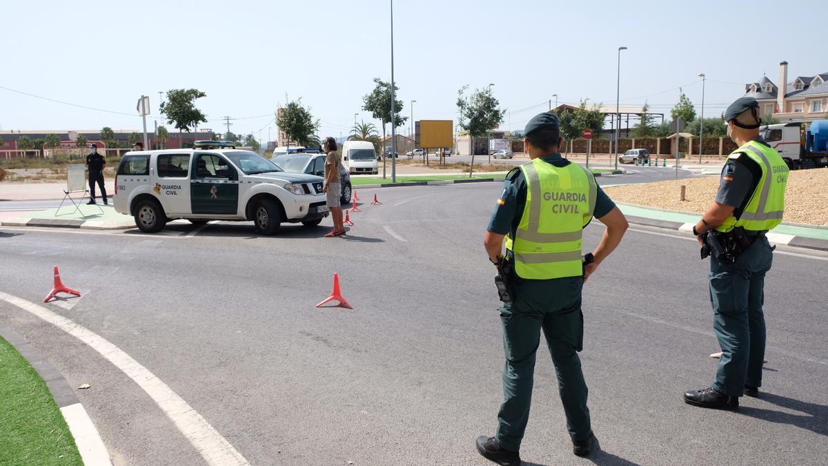 La Guardia Civil durante un control para velar por el cierre perimetral de la Comunidad Valenciana