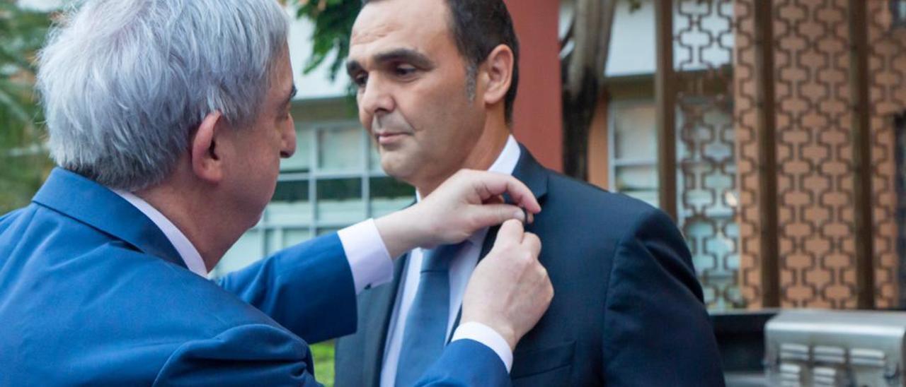 El empresario de Petrer recibiendo la alta distinción de manos del embajador de España en China, Rafael Dezcallar.