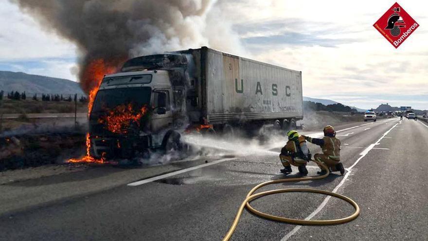 El incendio de un camión causa retenciones en la autovía entre Sax y Villena
