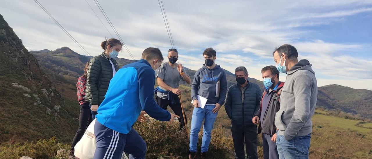 Técnicos y representantes municipales en el deslinde efectuado en diciembre de 2020 entre Grado, Proaza, Santo Adriano y Oviedo