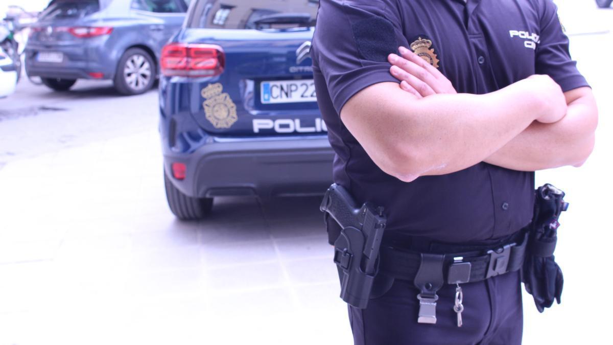 Agente de policía en una calle de la Comunitat