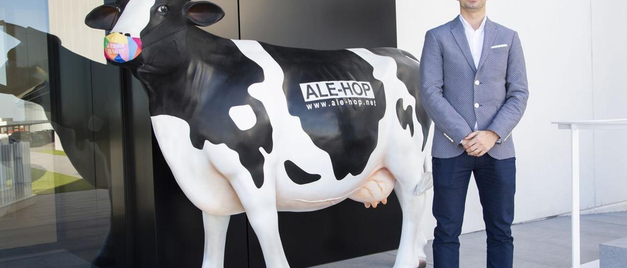 Dario Grimalt, consejero de Alehop, posa junto al emblema de la firma.
