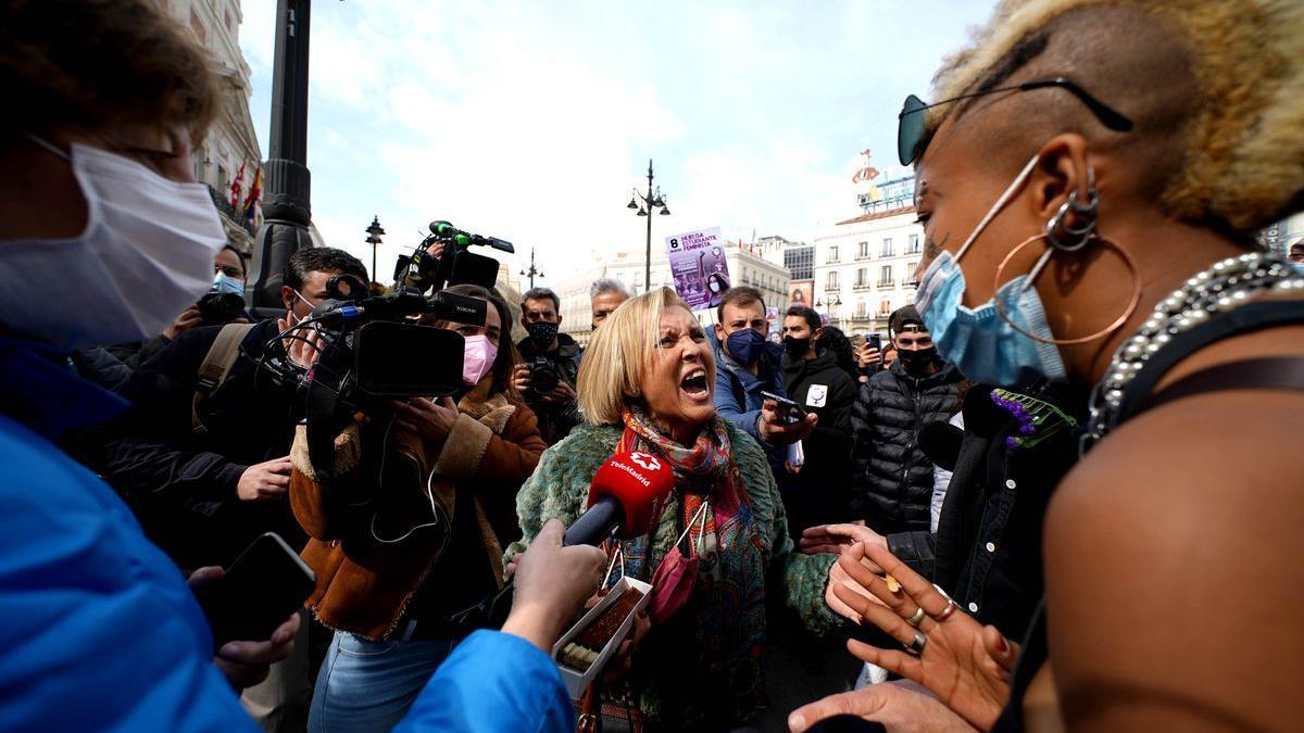 Una votante de Vox se encara con las manifestantes de la concentración feminista, hoy en la puerta del Sol.