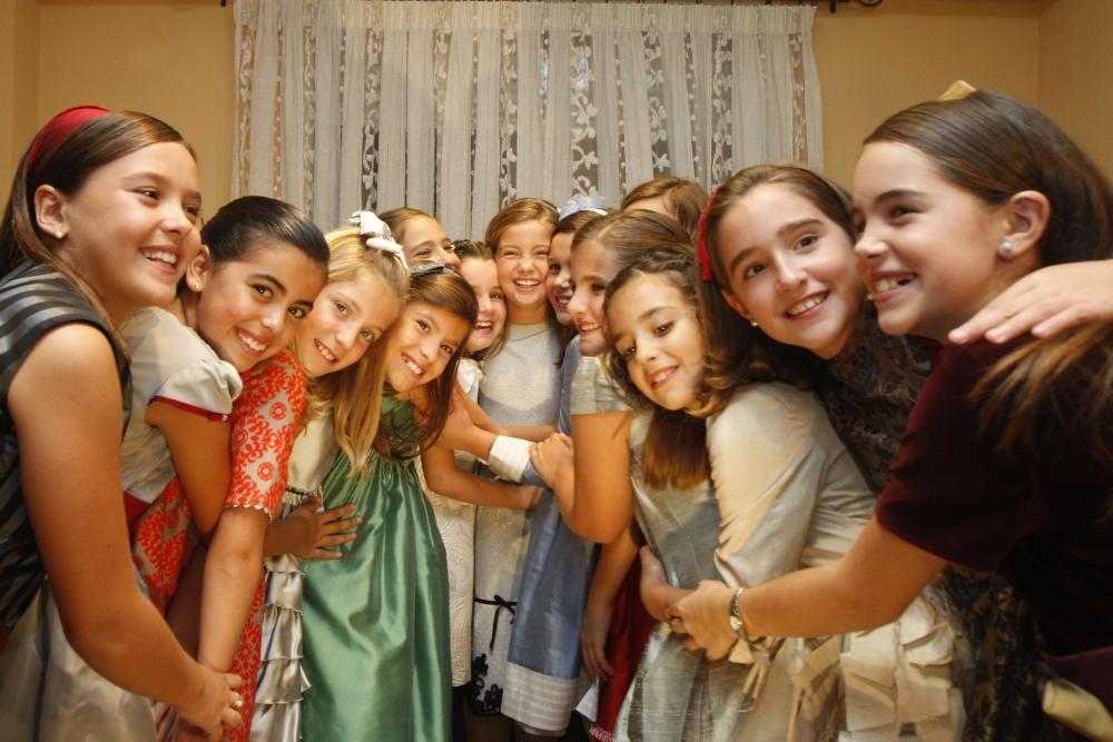 """""""Ari"""", con la corte infantil, ahora ya todas adolescentes, rozando la veintena de edad."""