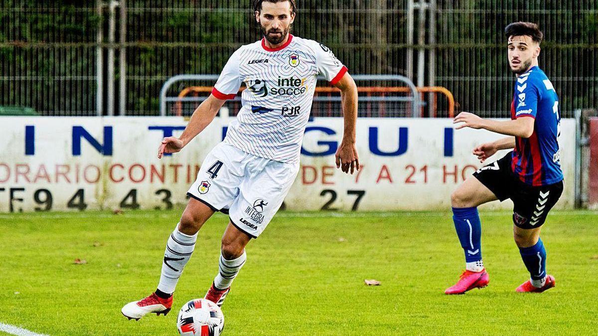 Gonzalo, con el balón, en el partido de Copa Federación frente al Leioa.