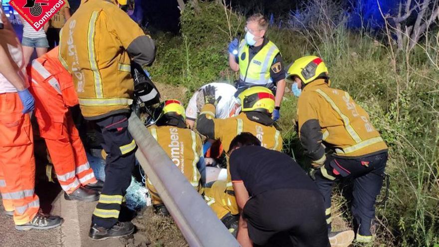 Herido muy grave un motorista tras caerse y quedar tras el guardarraíl en Pedreguer