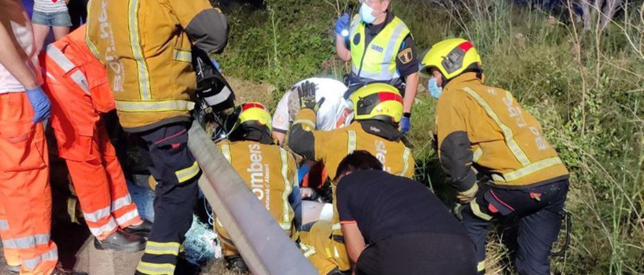 Bomberos, SAMU y Policía socorren al accidentado