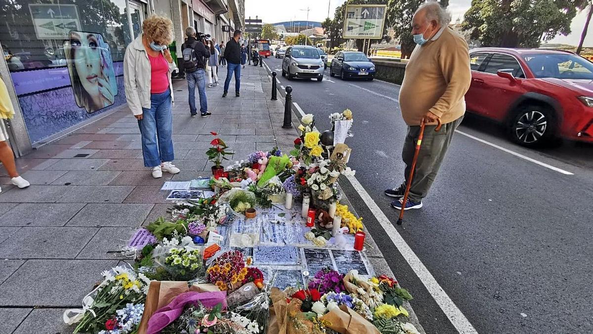 Flores, textos y fotografías colocadas en el lugar donde murió Samuel Luiz.