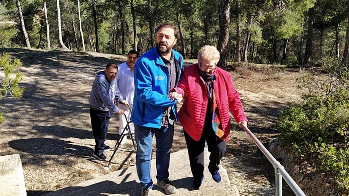 Juan José Gómez acompaña a dependientes en el centro de día.
