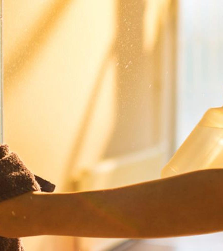 La bayeta de moda para dejar la mampara de la ducha como nueva en segundos