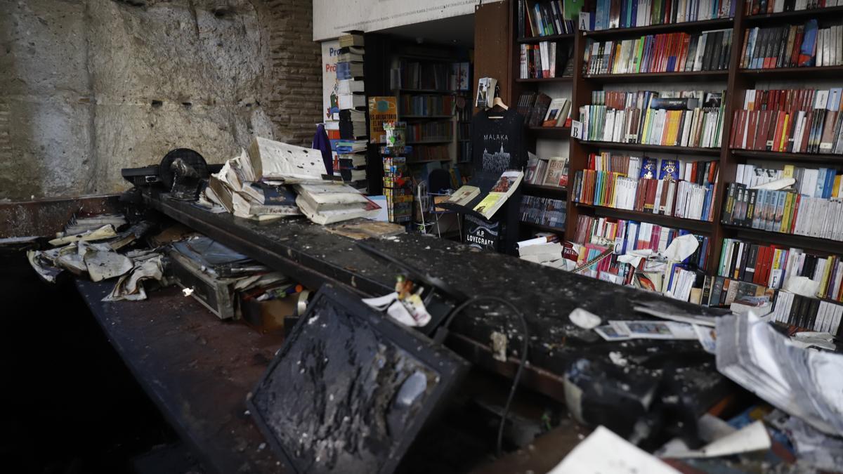 Estado del interior de la librería Proteo tras el fuego de la noche del jueves