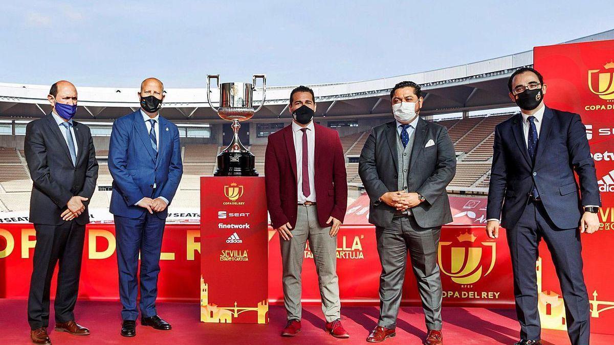 Rafael Louzán, presidente de FGF, junto a Luis Rubiales, presidente de la FEF, y dos miembros del gobierno andaluz en La Cartuja.