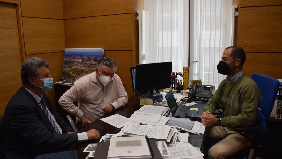 Vidal Gago, por la izquierda, con el Alcalde de Siero.
