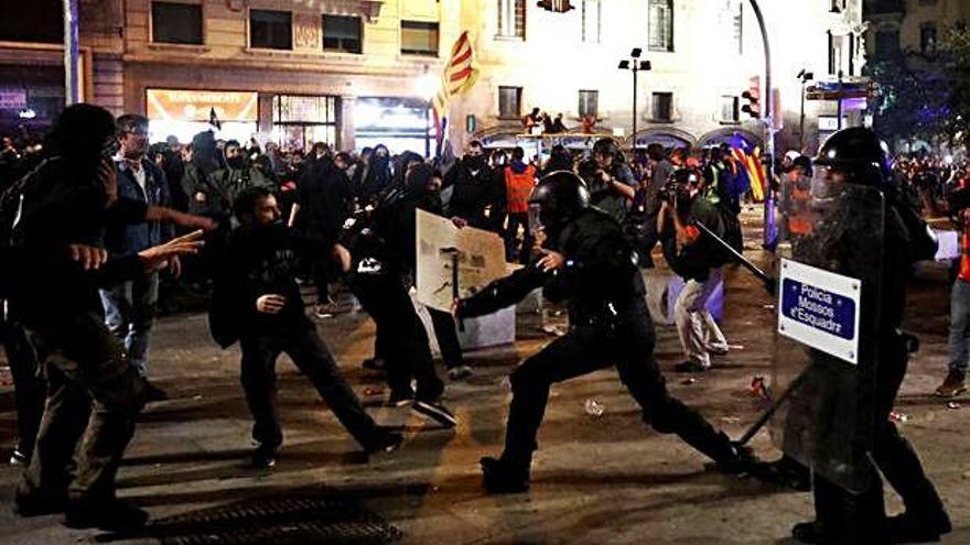 Nueva noche de violencia en Barcelona tras una multitudinaria protesta