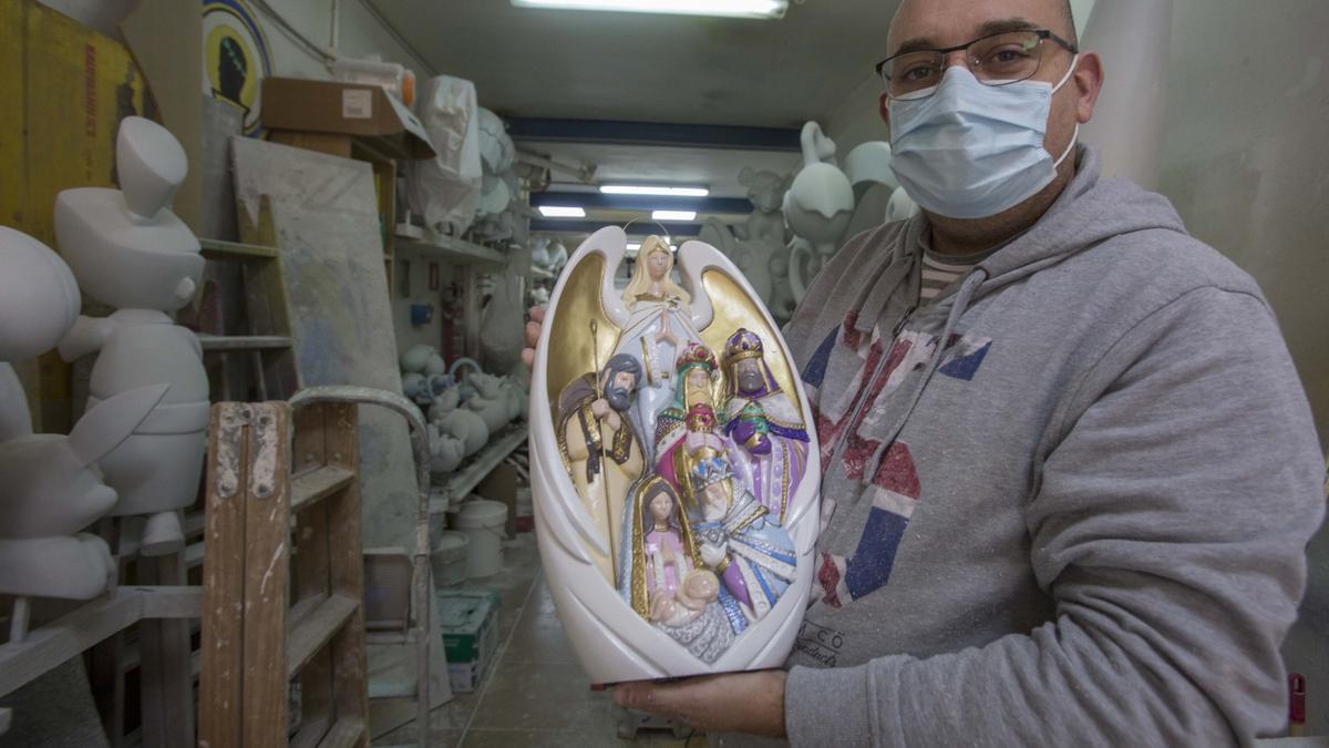 El artista de Hogueras Sergio Gómez regala al papa Francisco una figura de la Adoración