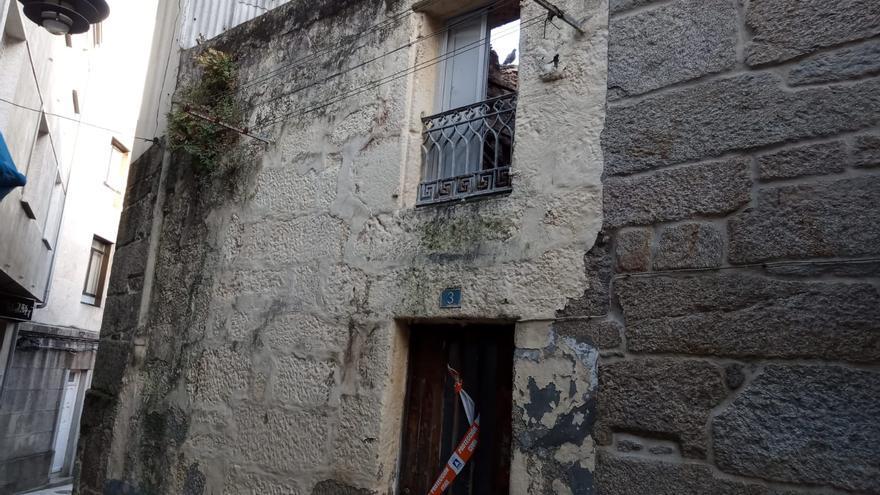 Cae el tejado de una casa en el casco vello de Cangas