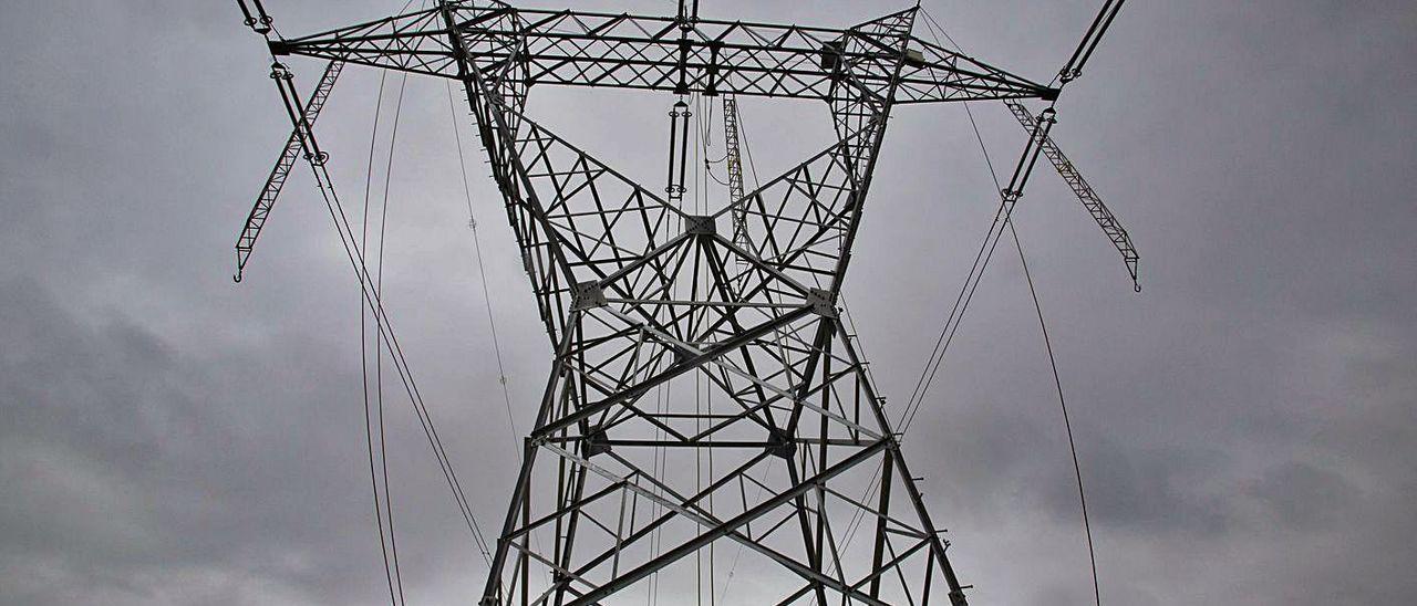 Una torre de alta tensión.