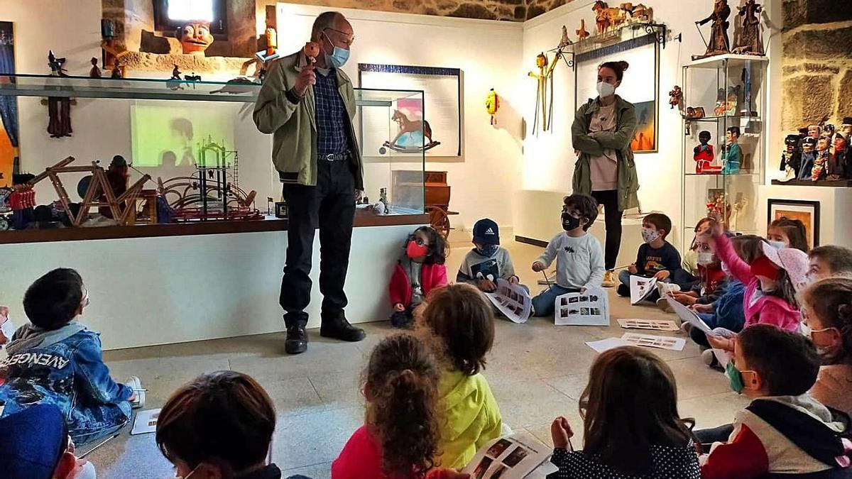 Visita de alumnos de la EEI de Donramiro, días atrás, al espacio dedicado a juguetes y títeres.