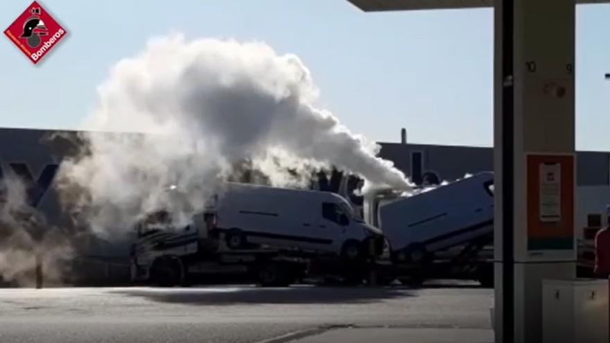 Los bomberos cierran un escape de gas en un tanque en Crevillent