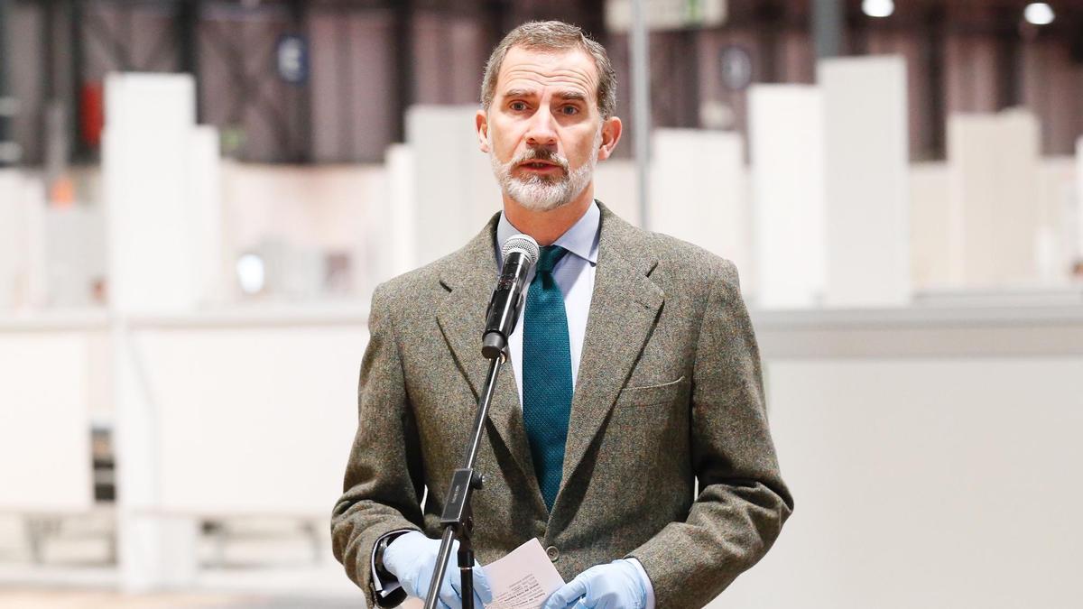 El rey Felipe VI durante su visita al pabellón de IFEMA en Madrid.