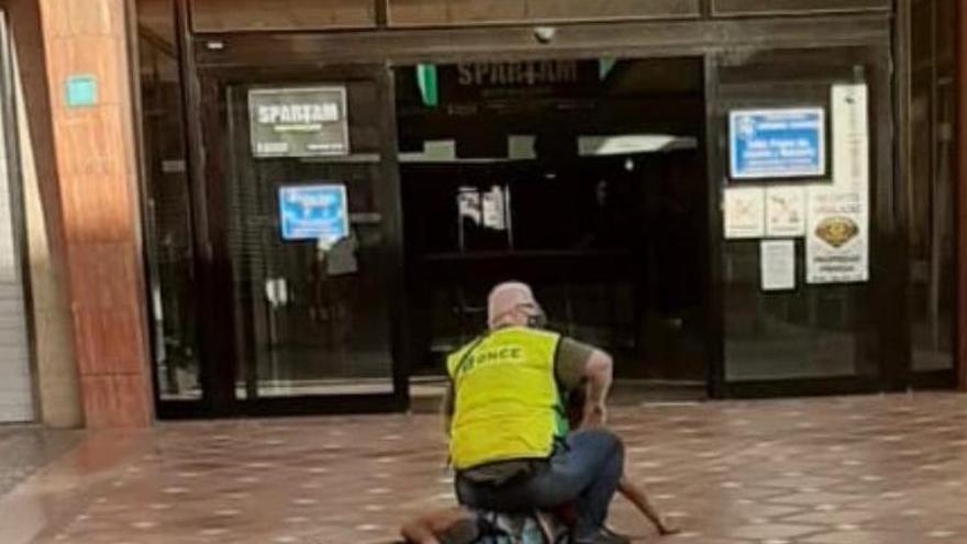 Un vendedor de cupones reduce a un joven que lo intentó robar en Vecindario