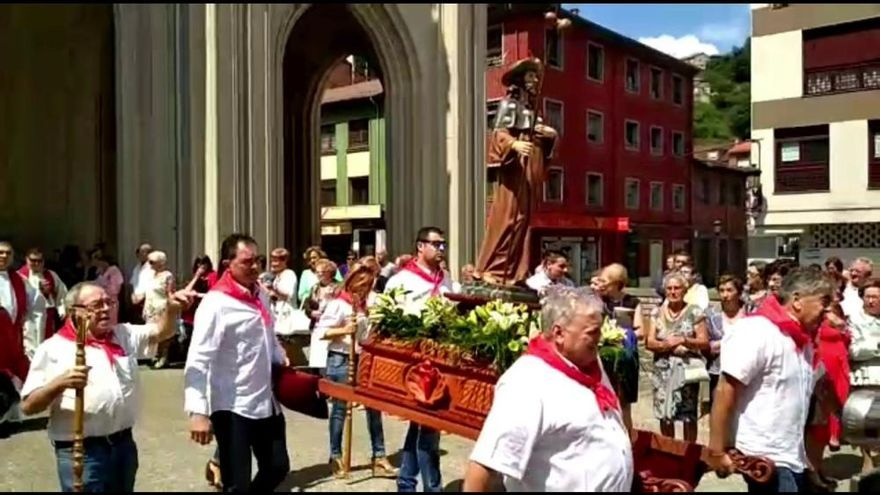 Cientos de fieles acuden a la procesión de Santiago en Sama