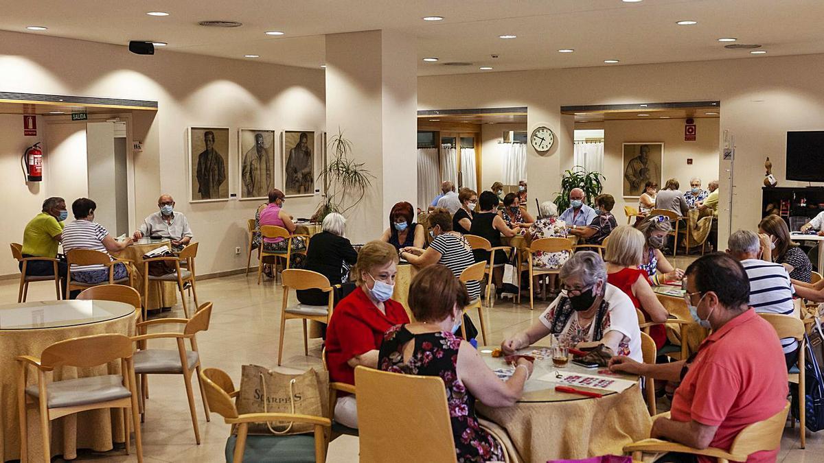 El salón principal del centro cultural de mayores con las mesas separadas según la normativa.| Nico Rodríguez