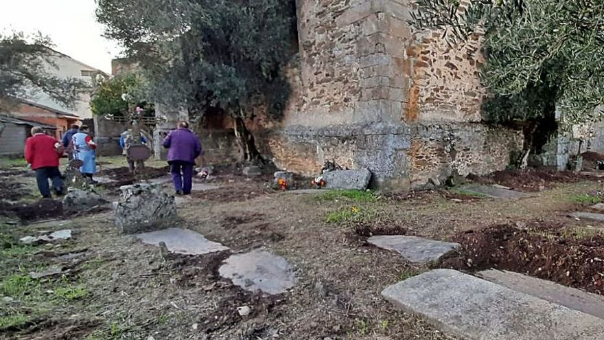 Vecinos de Nuez de Aliste adecentando el cementerio viejo. | Ch. S.