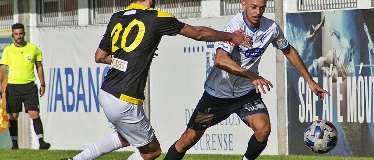 Padín intenta frenar el ataque de un jugador del Ourense CF, ayer en el campo de O Couto.