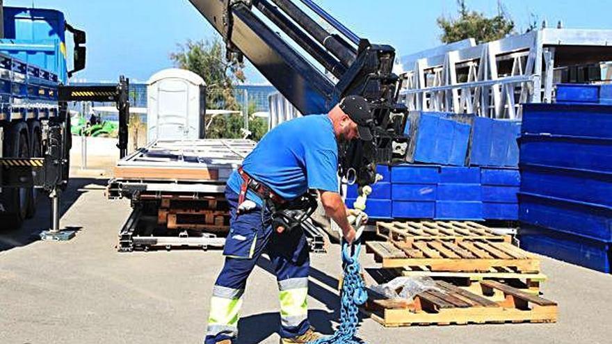 Arranca la instalación del primer pantalán en la playa de Los Urrutias