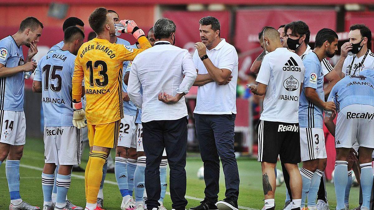 Óscar da instrucciones a sus jugadores durante la pausa de hidratación.