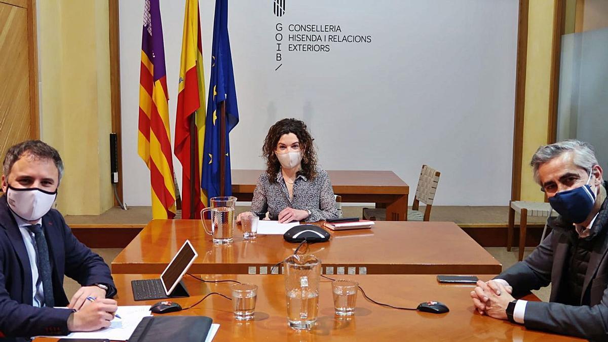 La consellera de Hacienda y Relaciones Exteriores, Rosario Sánchez, durante una reunión.
