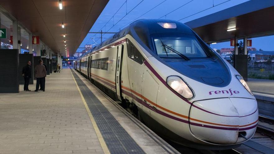 El tren madrugador estacionado en el andén preparado para salir de la estación de Zamora rumbo a Madrid.