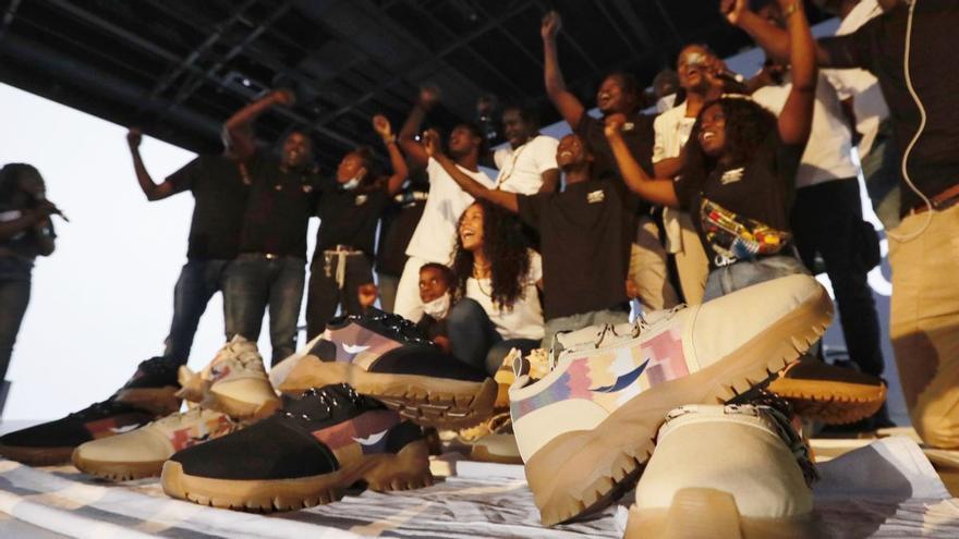 Los manteros lanzan su primera colección de zapatillas deportivas solidarias: Top Manta