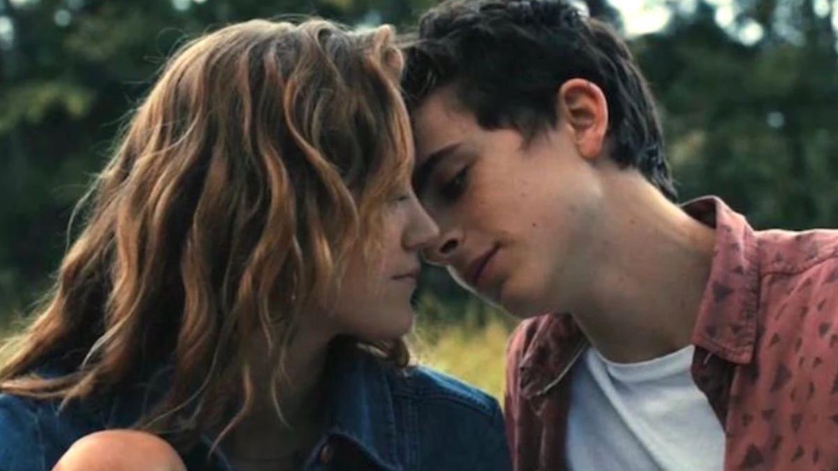 Una pareja a punto de besarse