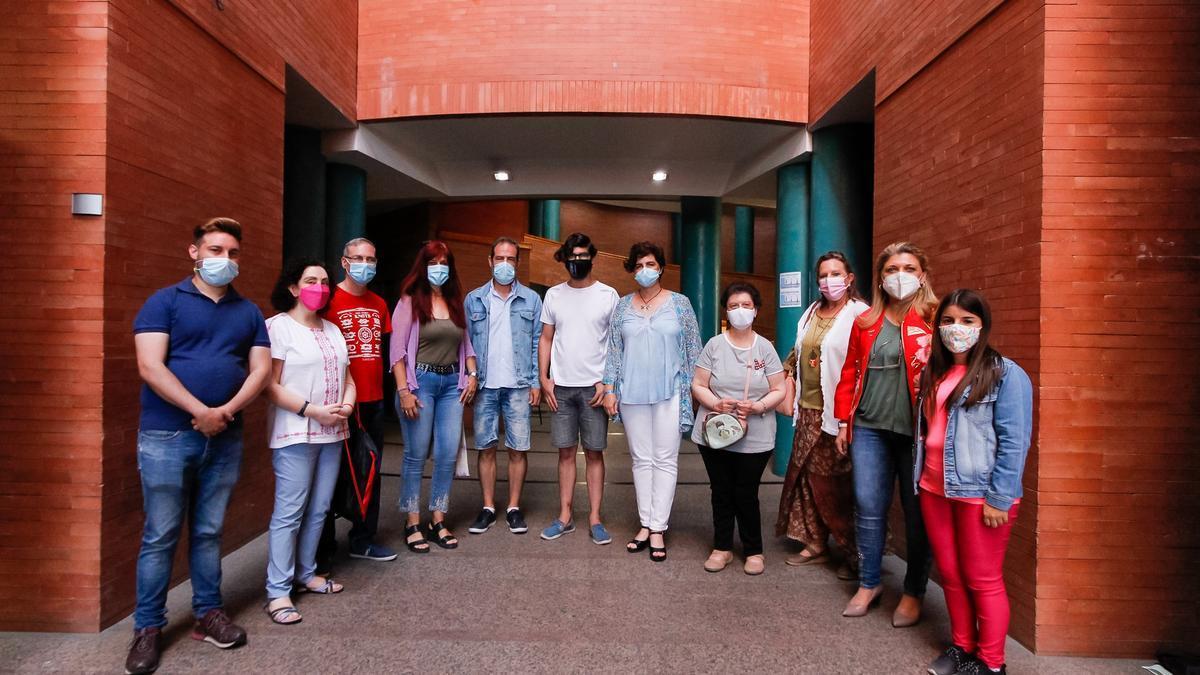 Fajardo con integrantes de la compañía Zaragatas, el pasado jueves en el centro cultural Alcazaba.