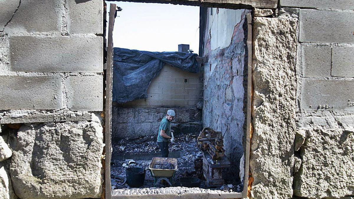 O lume estragou o taller, e Roberto, grazas a unha campaña de mecenado, reconstruirao.