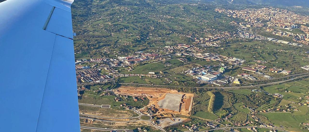 La gran parcela de Amazon en el polígono de Bobes, en obras, en una imagen aérea que permite constatar las grandes dimensiones del área que ocupará la multinacional.