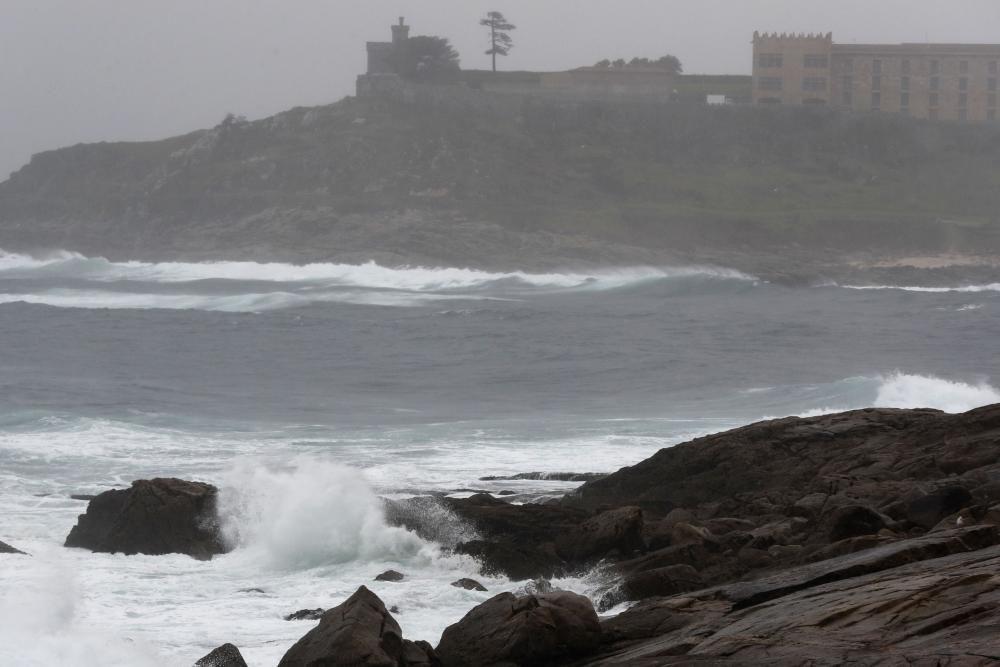 Las olas rompen con fuerza en Baiona.