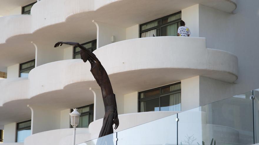 Citen a declarar la directora de Salut de les Balears pel confinament d'estudiants en un hotel a Mallorca