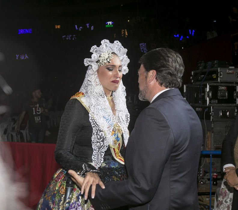 La nueva Bellea del Foc, Isabel Bartual, emocionada anoche tras ser elegida en la Plaza de Toros junto con el alcalde Luis Barcala.