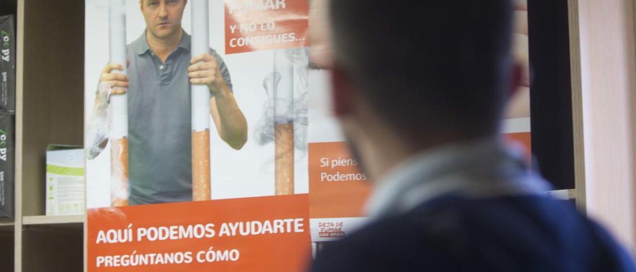 Un cartel informativo que ofrece ayuda contra el tabaquismo.